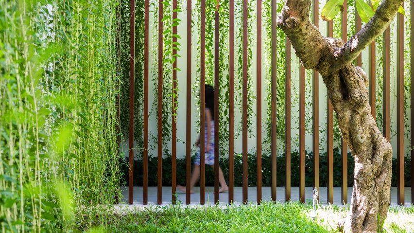 Porodična-kuća-sa-atrijumskim-dvorištima-i-visećim-lozicama